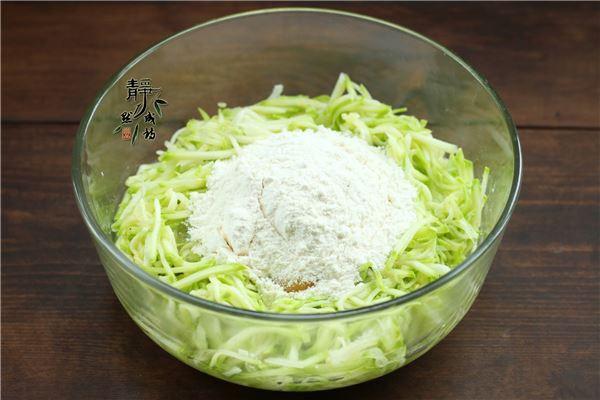Trộn đều thêm chút gia vị cho vừa ăn, nếu thấy quá khô có thể thêm chút nước cho bánh được mềm.