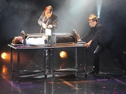 """Nhà ảo thuật """"đen đủi nhất thế giới"""" bị khán giả đâm chết khi đang biểu diễn"""