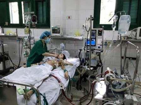 Các bác sĩ vẫn đang cố hết sức duy trì sự sống cho Anh Đức - em chỉ còn 30-40% chức năng tim.