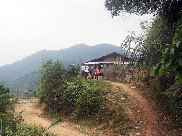 Ngôi nhà anh Long nằm cách đường đi khoảng 100m.