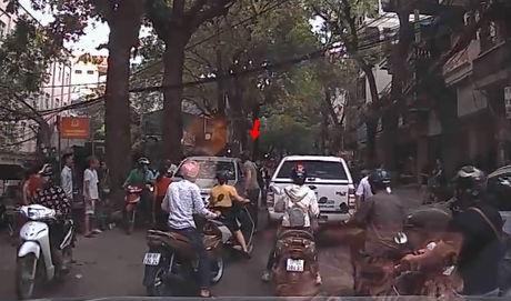 Hà Nội: Thanh niên Tây đấm vỡ kính ô tô đi ngược chiều sau một hồi cãi vã với tài xế