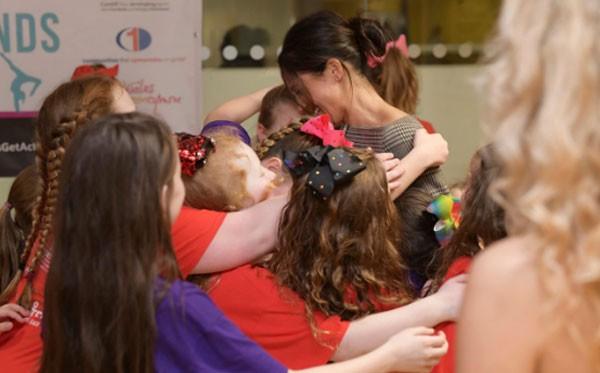 Meghan được trẻ em chào đón nồng nhiệt khi tới thăm một trường học hồi tháng 1. Ảnh: Geoff Pugh.