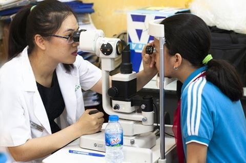 Bệnh viện Mắt Hà Nội 2 khám sàng lọc tật khúc xạ cho học sinh Hà Nội