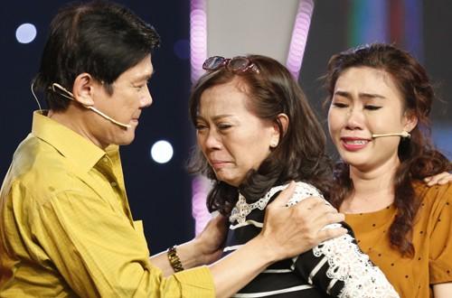 Em gái Bảo Trí - Hồng Lan (giữa) rơi nước mắt khi nhớ lại tuổi thơ đau buồn.
