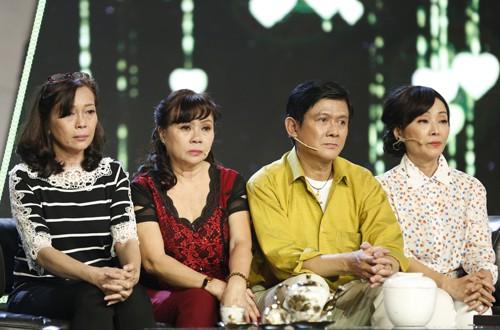 Chị gái Bảo Trí- Hồng Điệp (thứ hai từ trái sang) - và vợ Kim Tuyết (phải).