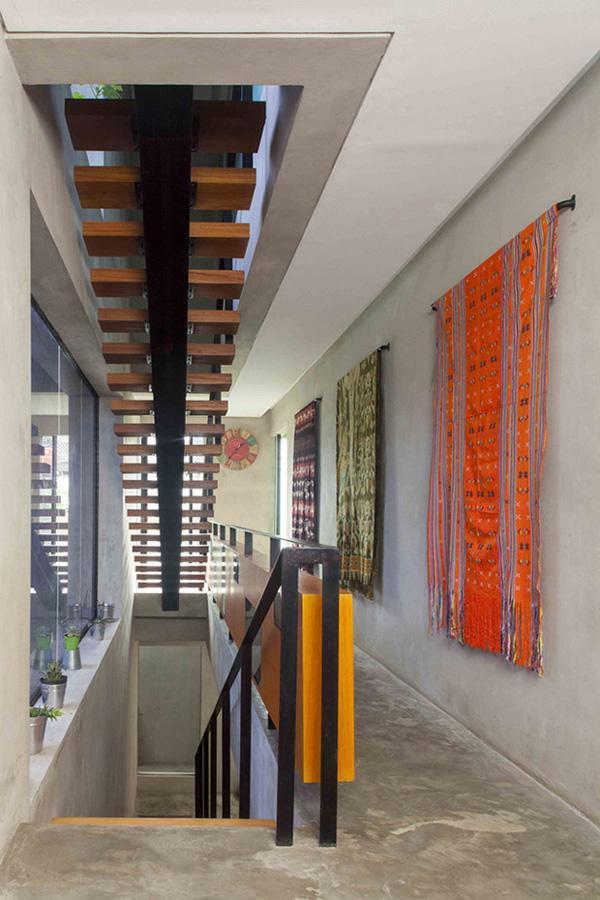 Khu vực sinh hoạt của gia chủ được thiết kế cầu thang đi riêng.