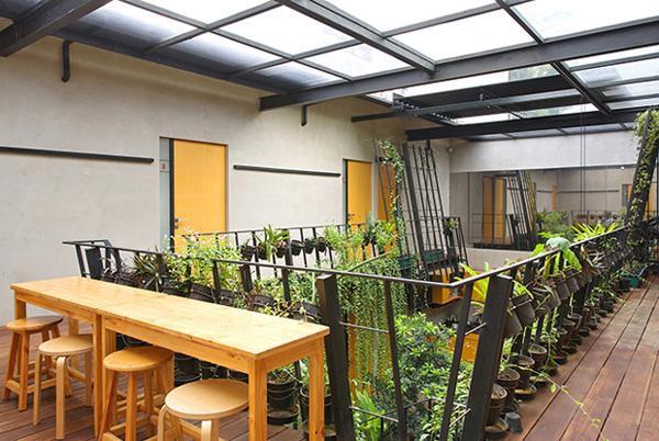 Tầng 2 cũng có một vườn treo nhỏ đầy cây xanh và bàn ghế cho khách trọ thư giãn thưởng thức hoa cỏ thiên nhiên.