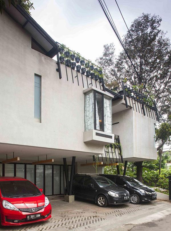 Mặt sau tầng trệt của ngôi nhà được xây thụt vào để giành vị trí làm nơi để xe.