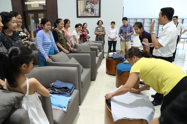 Cùng nhau thi tài xếp quần áo theo sự hướng dẫn của chuyên gia - Ảnh: BTC cung cấp