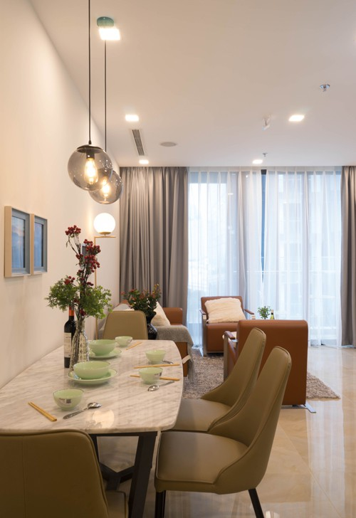 Nhà ít người nên kiến trúc sư bố trí bàn ăn gọn vào sát tường, thuận tiện cho việc lưu thông.