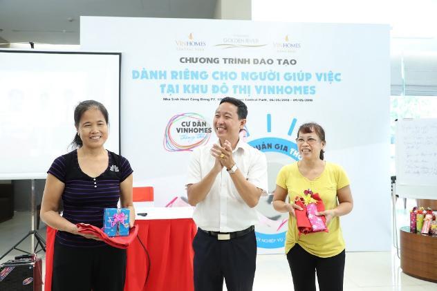 Cười tươi như hoa khi được nhận quà của chương trình - Ảnh: BTC cung cấp