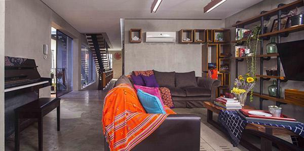 Một nửa tầng 2 là khu vực sinh sống của gia đình chủ nhân ngôi nhà với phòng khách…
