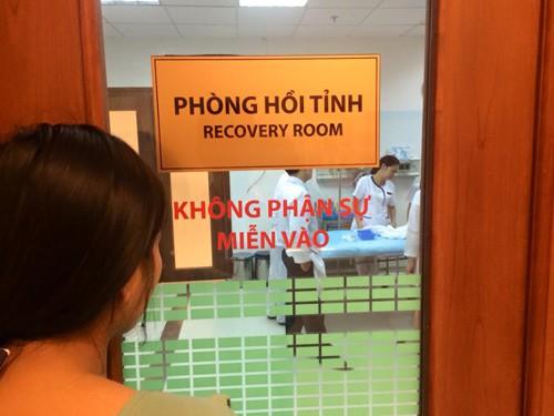 Chị Phương, anh Tuấn thường xuyên lo lắng, theo dõi con qua cánh cửa bệnh viện.