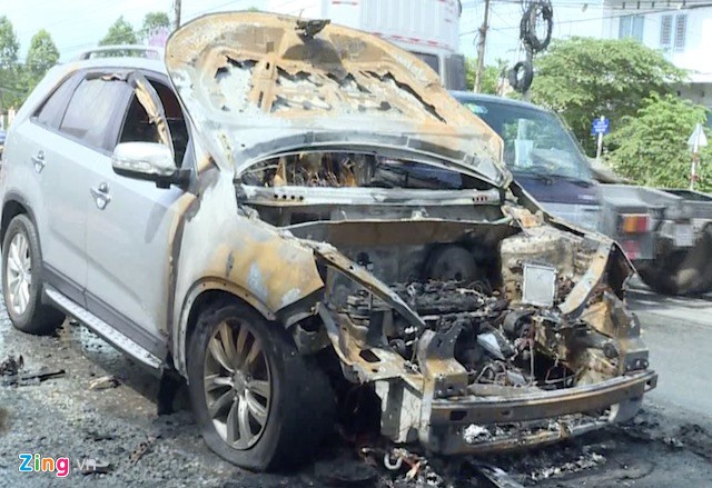 Xe ôtô bị cháy rụi phần đầu. Ảnh: M.A.