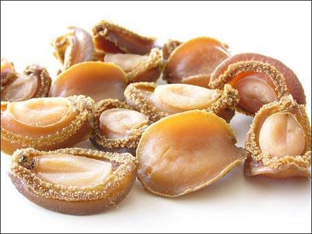Các loại bào ngư sấy khô giá từ 6 triệu đồng/kg, cá biệt bào ngư cổ khiếu Phú Quốc sấy khô giá từ 11-15 triệu đồng/kg.