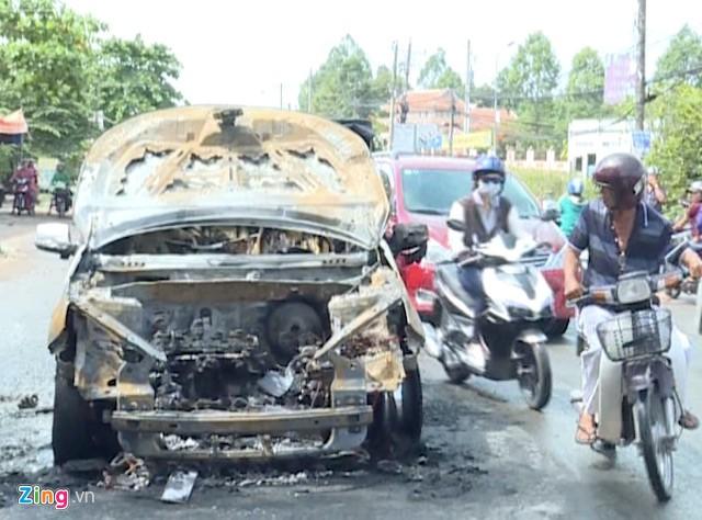 Xe ôtô bốc cháy trên quốc lộ 53, đoạn gần cầu Ông Me Lớn. Ảnh: M.A.