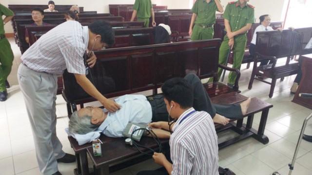 Cả hai phiên tòa, Nguyễn Khắc Thủy đều nhờ sợ trợ giúp của y tế. Ảnh: Xuân Duy