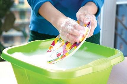 Hãy dùng một chiếc khay riêng, hòa một ít dung dịch vào nước, khuấy đều cho sủi bọt lên rồi mới sử dụng