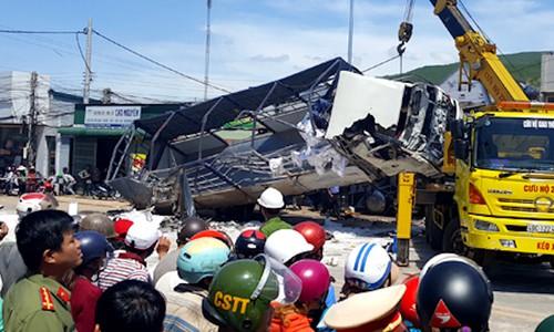 Khoảnh khắc xe tải lao vào nhà dân.