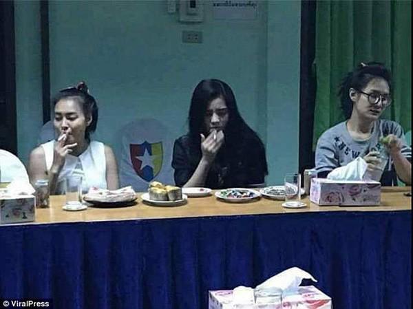 Hình ảnh các cô gái hút thuốc phì phèo khiến dư luận Thái Lan phẫn nộ. Ảnh: Viral Press.