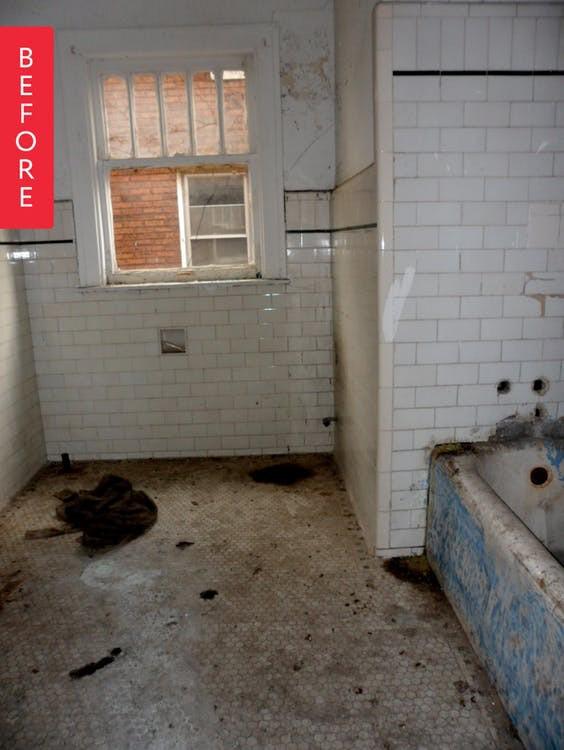 Khi Laura mua ngôi nhà, phòng tắm đã vô cùng xuống cấp, cũ kỹ. (Ảnh: apartmenttherapy)