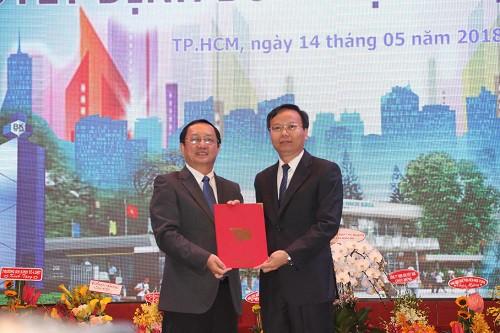 PGS.TS Huỳnh Thành Đạt, GĐ ĐH Quốc gia TP.HCM (trái) trao quyết định bổ nhiệm cho PGS.TS Mai Thanh Phong.