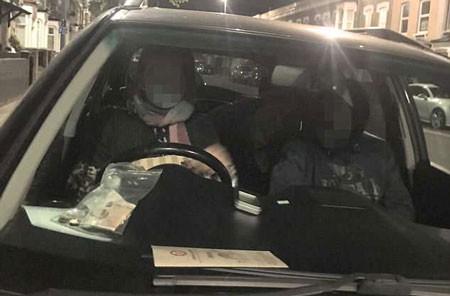 Anh Muhannad phát hiện ra một đôi trẻ vô tư ngồi trên xe mình ban đêm. Ảnh: The Sun.