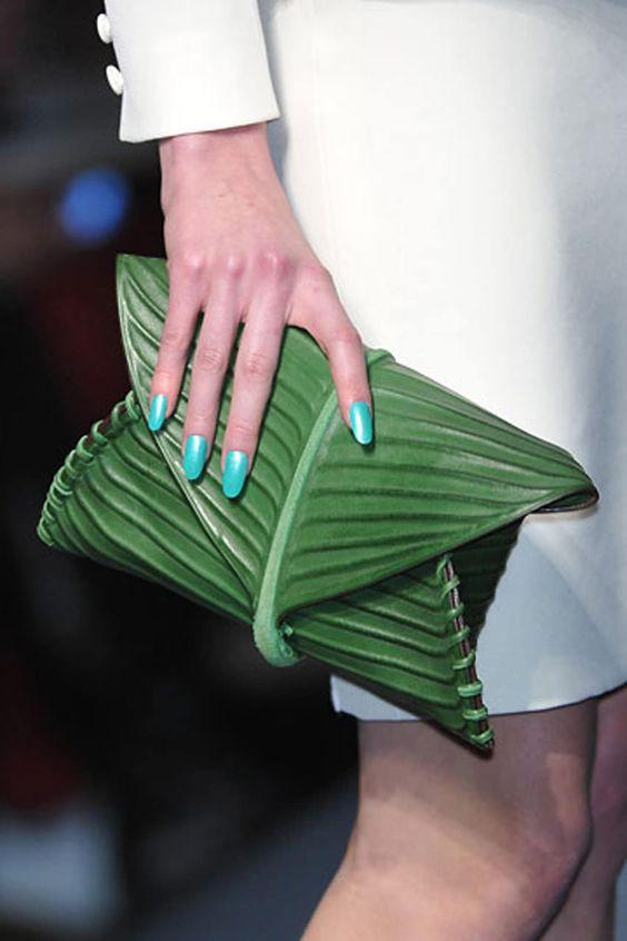 Chiếc túi lấy cảm hứng từ lá chuối, gói xôi bắp thân thuộc của người dân Việt Nam gây tò mò thích thú cho người yêu thời trang