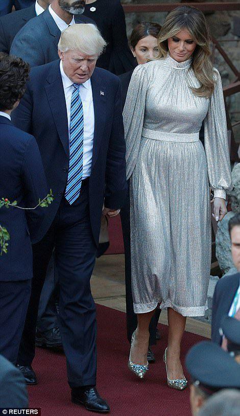 Tổng thống Mỹ Donald Trump và Đệ nhất phu nhân Melania Trump tay trong tay tới xem buổi biểu diễn của dàn nhạc La Scala Philharmonic Orchestra tại Nhà hát Hy Lạp ở Taormina vào ngày 26/5/2017. Đây là sự kiện diễn ra bên lề Hội nghị thượng đỉnh G7 ở Taormina, Sicily, Italy.