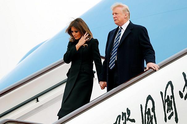 Vào tháng 11/2017, ông Trump cùng vợ có mặt tại Tokyo trong chuyến thăm chính thức Nhật Bản. Cặp đôi nắm tay ngọt ngào khi bước xuống máy bay.
