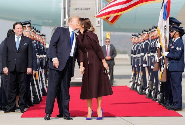 Tháng 11/2017, Tổng thống Trump hôn tạm biệt bà Melania trước khi ông lên trực thăng để bay tới căn cứ quân sự Humphreys của Mỹ tại Hàn Quốc và ăn trưa với binh sĩ tại đó. Ảnh: Reuters.