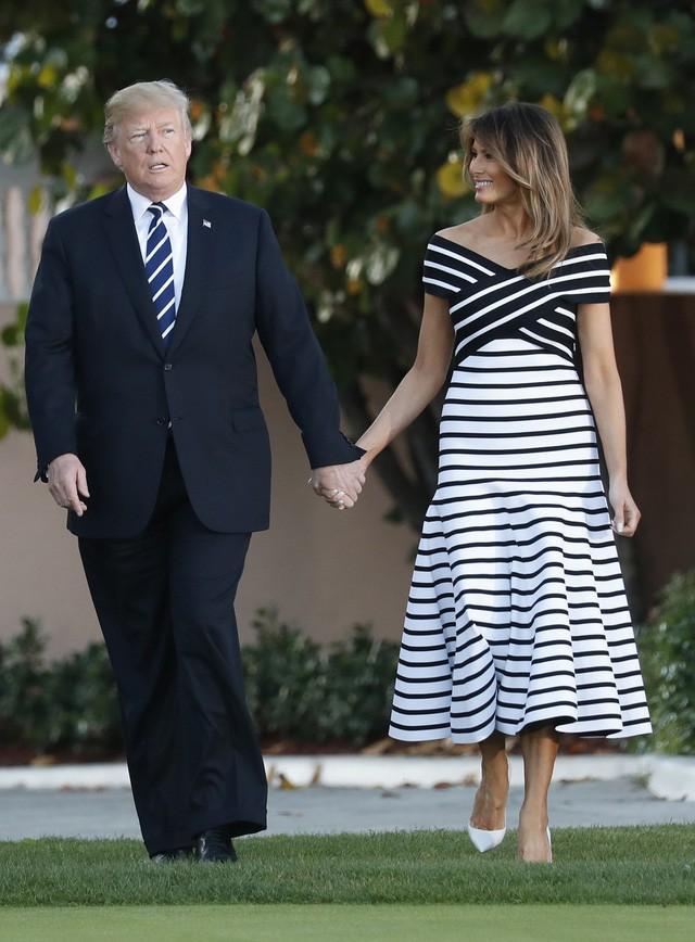 Vào tháng 4/2018, cặp đôi nắm tay nhau tình tứ khi đón tiếp vợ chồng Thủ tướng Nhật Bản Abe tại Mar-a-Lago. Trong khi Đệ nhất phu nhân Mỹ mặc váy kẻ sọc trắng thì ông Trump cũng đeo chiếc cà vạt kẻ sọc ăn ý với vợ.