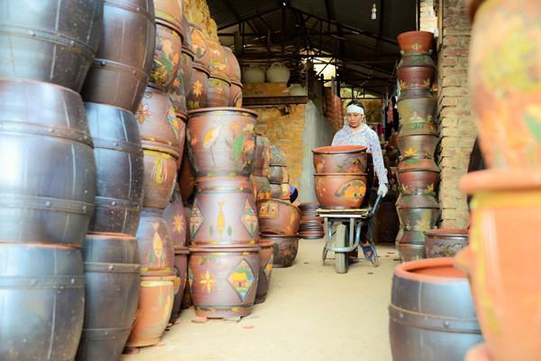 Chính cách nung lò bằng củi đã tạo nên nét đặc trưng của sản phẩm gốm Phù Lãng.