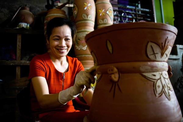 Đặc trưng của gốm Phù Lãng chính là lớp men da lươn dân dã, mộc mạc.