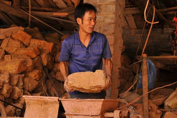 Nguyên liệu sản xuất là loại đất sét đỏ hồng có độ dẻo.