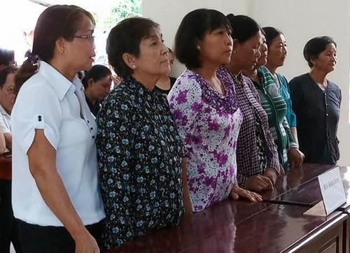 7 người phụ nữ lĩnh án vì chặn xe chở cát. Ảnh: Thái Hà.