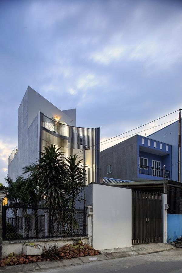 Dự án có diện tích 115 m2, nằm trong một khu dân cư khá đông đúc.