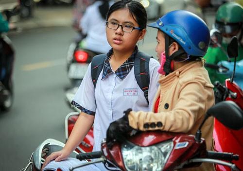 Nhiều phụ huynh chạy nước rút cùng con trong cuộc đua vào lớp 10 công lập. Ảnh: Thành Nguyễn.