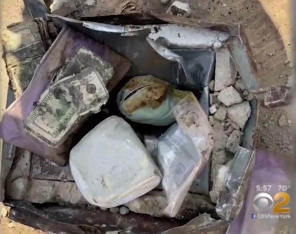 Chiếc hộp kim loại gỉ sét chứa tiền USD, vàng, kim cương và đá quý được chôn ở sân sau nhà Matthew. Ảnh: CBS New York.