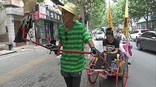 Wang kéo xe đưa bạn gái vượt 2.000 km từ tỉnh Cam Túc đến thành phố biển Uy Hải, tỉnh Sơn Đông. Ảnh: 163.com