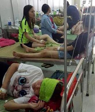 Sinh viên Đại học Sư phạm Hà Nội 2 phải nhập viện vì ngộ độc thực phẩm khi liên hoan chia tay cuối khóa. Ảnh: VOV.