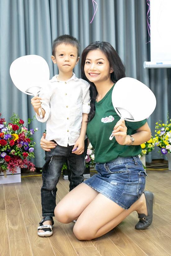 Trong ngày khai trương trung tâm múa, Kiều Anh lần đầu khoe con trai nhỏ với mọi người. Cậu bé tên Nam, năm nay 5 tuổi. Nhóc tỳ là trái ngọt trong cuộc tình của cô với bạn trai cũ.