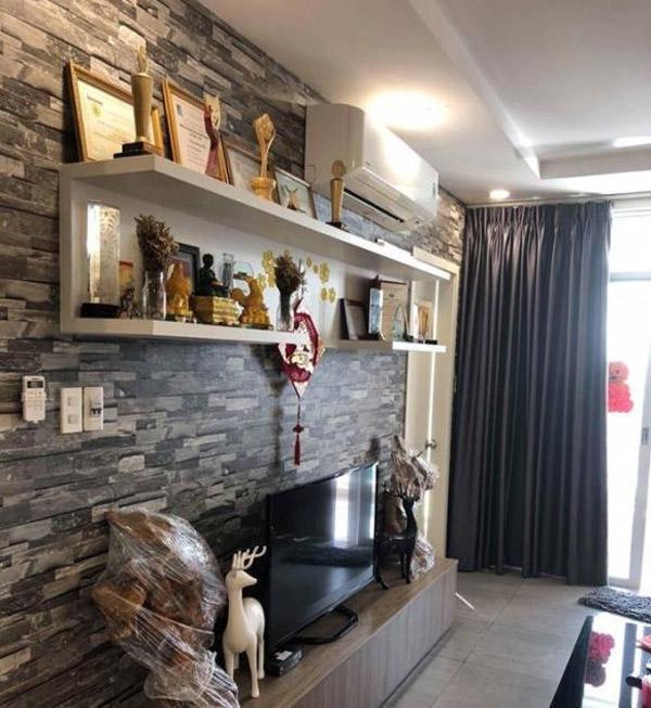 Phòng khách được trang trí khéo léo, một góc sáng nhất được dành để đặt những bằng khen và kỷ niệm chương cả hai từng dành được.