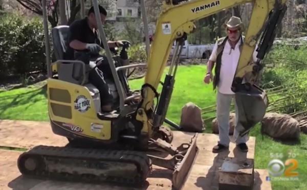 Kho báu được tìm thấy khi Matthew và Maria đang đào đất trồng cây. Ảnh: CBS New York.