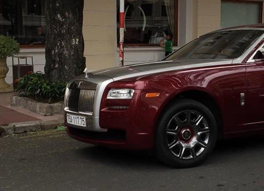 Mâm xe cò viền màu đỏ ruby giống màu ngoại thất.