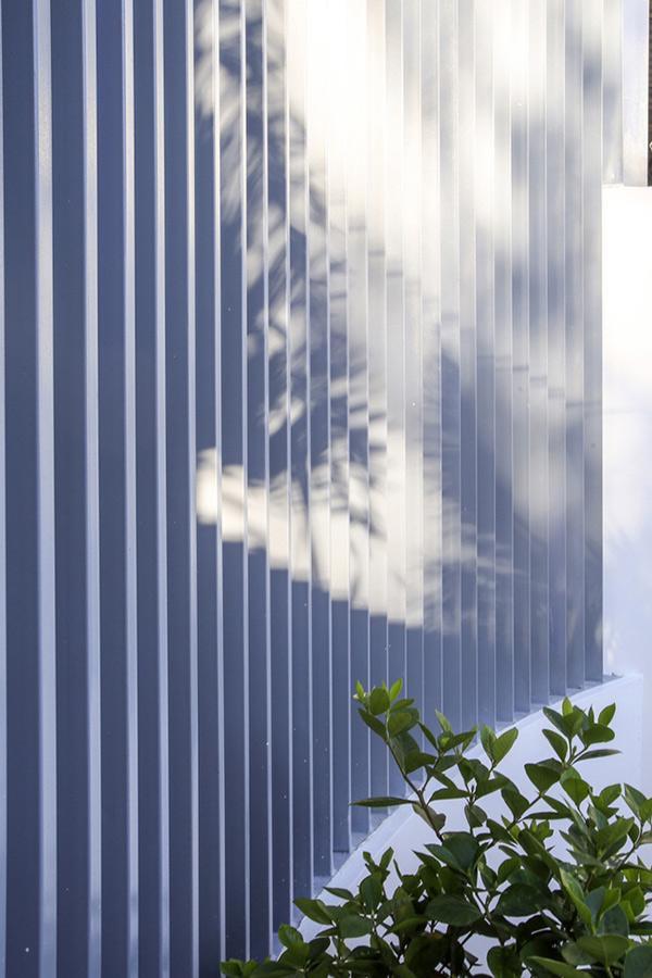 Hệ lam bằng thép hình vòng cung vừa là hàng rào bảo vệ an toàn cho không gian sống vừa tạo ấn tượng về mặt thị giác.
