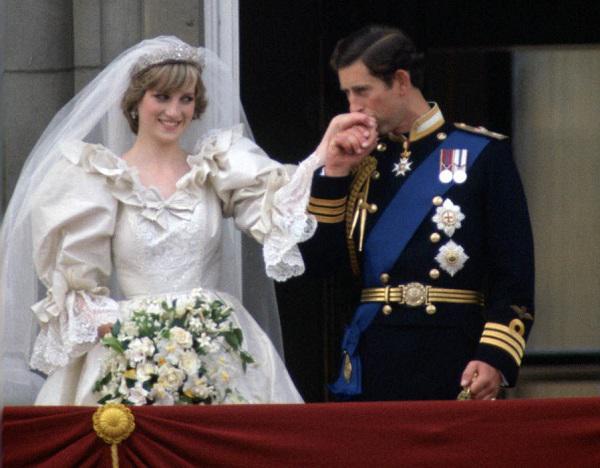 Nhánh thường xuân xanh xen kẽ cùng hoa trắng trong hôn lễ của Công nương Diana.