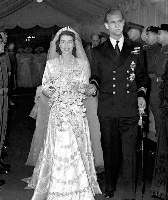 Tuy thường chỉ mang màu trắng giản dị, nhã nhặn nhưng những bó hoa cưới hoàng gia luôn khiến cho cô dâu sang trọng và quý phái lạ thường.