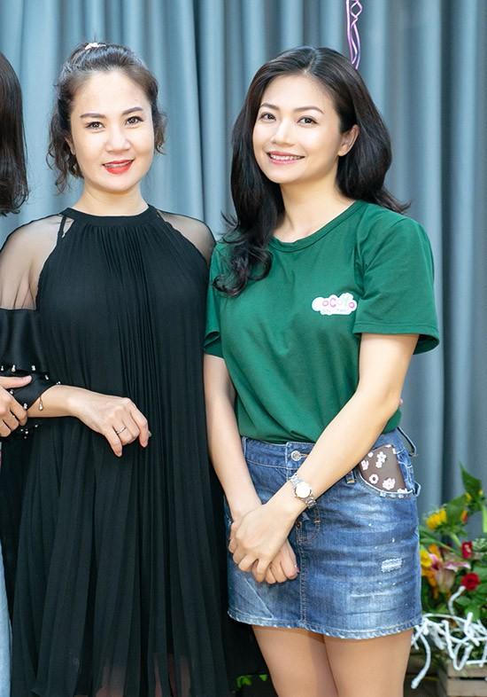 Diễn viên Nguyệt Hằng, một người chị thân thiết trong nghề, đến chia vui với Kiều Anh.