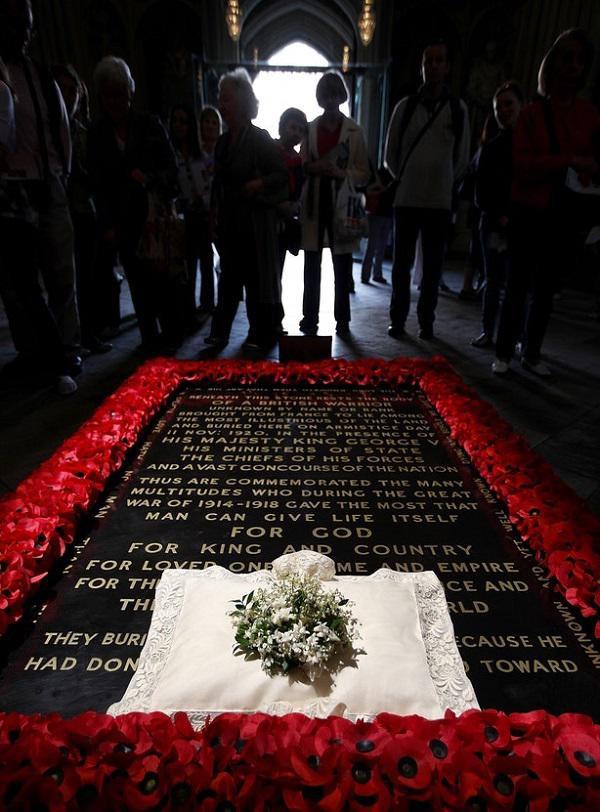 Đài tưởng niệm các chiến binh hi sinh trong thế chiến I sẽ là nơi những bó hoa được đem đến cuối cùng.